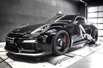 Um Porsche Cayman GT4 preparado pela McChip-DKR em teste de dinamômetro