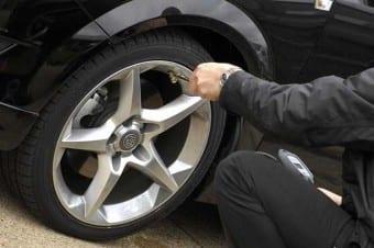 Cuide da pressão: pneus menos inflados podem afetar o comportamento e ativar controles eletrônicos