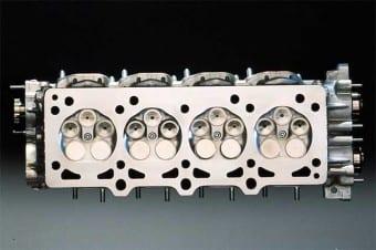Cabeçote com cinco válvulas por cilindro do Ferrari F355: no fim, quatro foi o número ideal