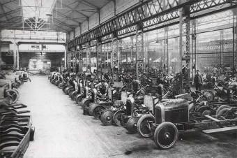 Um mecânico passar a fazer carros foi algo comum no começo da história do automóvel (na foto, fábrica da Citroën por volta de 1920)